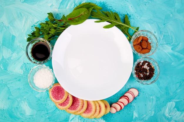 Piatto bianco vuoto. ingrediente e insalata
