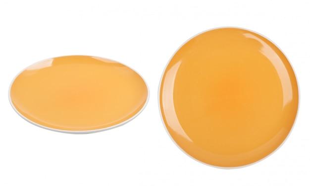 Piatto ceramico giallo isolato su fondo bianco