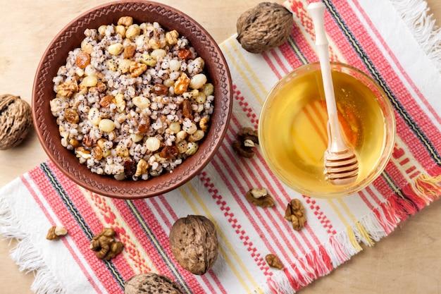 Piatto cereale cereale con salsa dolce