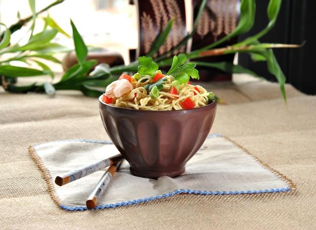 Piatto cinese della tagliatella con gamberetti e verdure