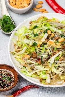 Piatto cinese di tagliatelle in vetro di amido (riso, patate, fagioli)