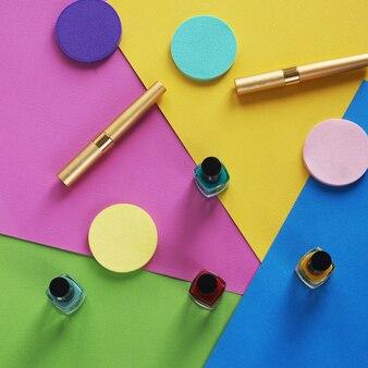 Piatto colorato posare cosmetici femminili collage. vista dall'alto. copia spazio