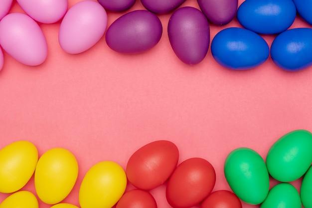Piatto colorato uova colorate per la pasqua