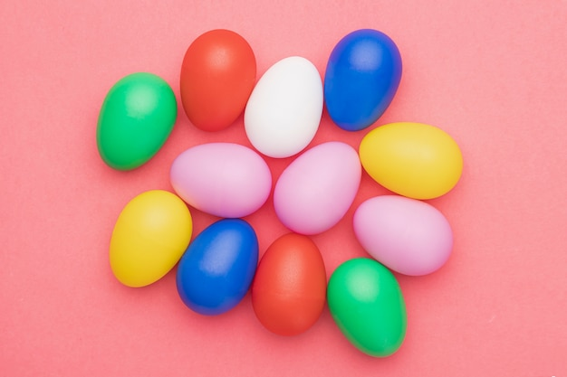 Piatto colorato uova colorate sul tavolo