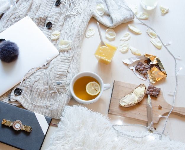 Piatto colpo posato della colazione del mattino romantica