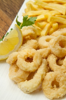 Piatto con calamari fritti con patatine fritte