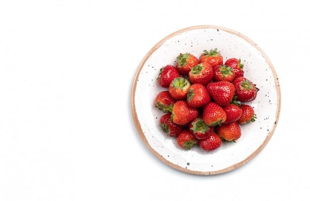 Piatto con fragole fresche, isolato