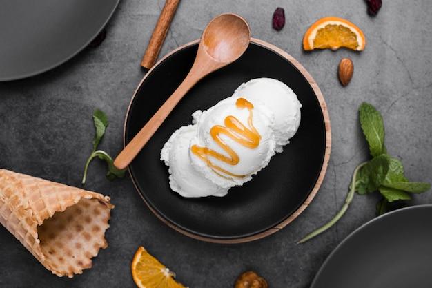 Piatto con gelato con guarnizione sul tavolo