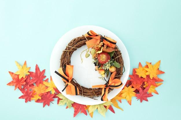 Piatto con ghirlande e foglie di autunno decorative