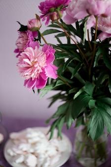 Piatto con marshmallow rosa, decorazione floreale della tavola