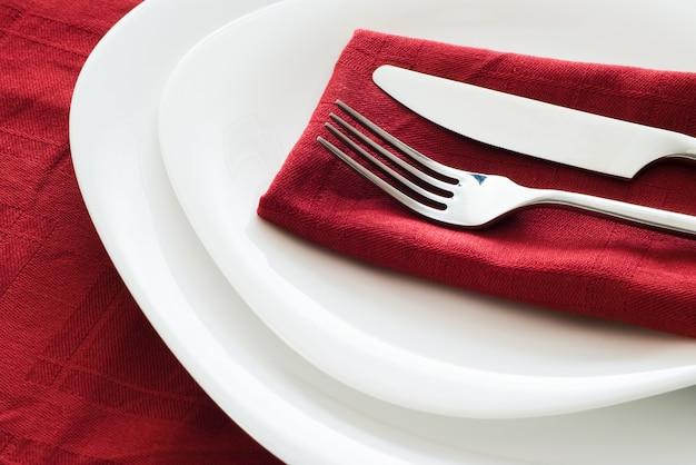 Piatto con piastra forchetta e coltello