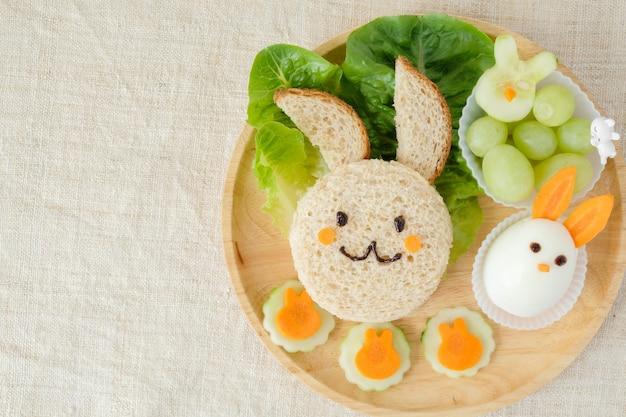 Piatto con piatto pasquale per coniglietto, divertente arte culinaria per bambini