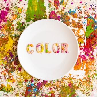 Piatto con scritta a colori su colori asciutti e brillanti