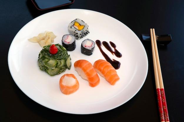 Piatto con vari cibi giapponesi