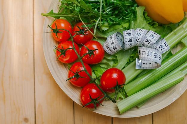 Piatto con verdure e nastro