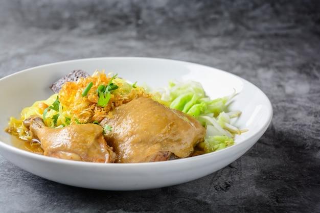 Piatto con zuppa di pollo fresca fatta in casa, pasta e verdure