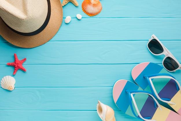 Piatto concetto di vacanza estiva laici con lo spazio della copia