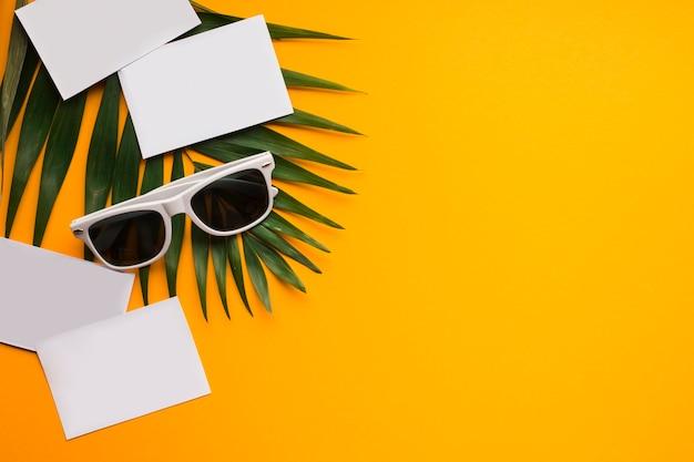 Piatto concetto di vacanza estiva laico con cartoline