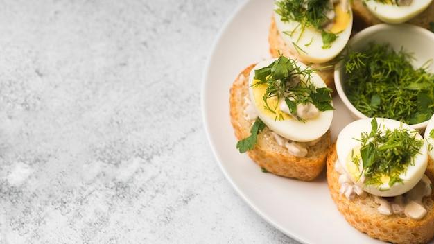 Piatto copia-spazio con antipasto di uova