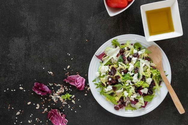 Piatto copy-space con insalata