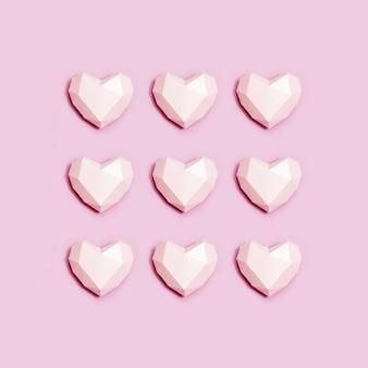 Piatto creativo con cuore volumetrico di colore rosa. amore biglietto di auguri.