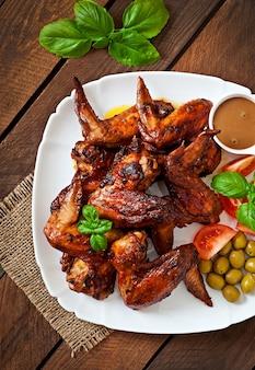 Piatto delle ali di pollo sulla tavola di legno