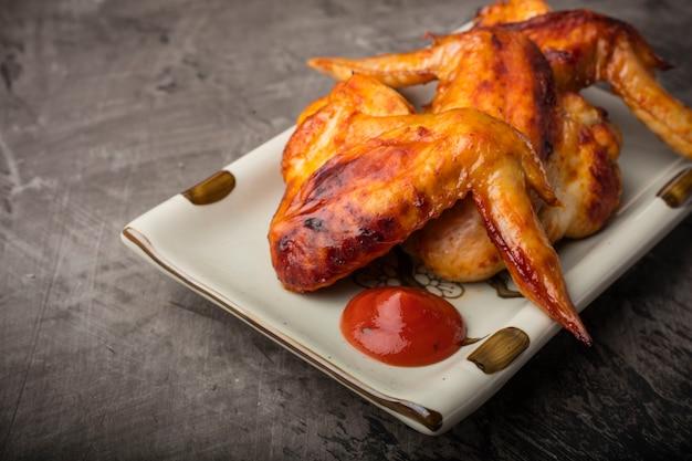 Piatto di ali di pollo grigliate croccanti