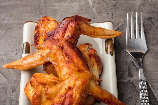 Piatto di ali di pollo su uno sfondo scuro