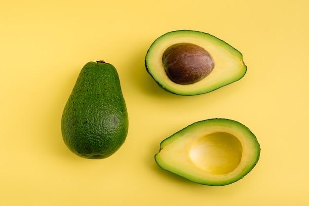 Piatto di avocado giaceva su sfondo giallo