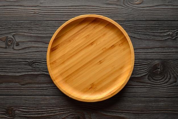 Piatto di bambù su superficie di legno