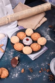 Piatto di caramelle e biscotti sul tavolo