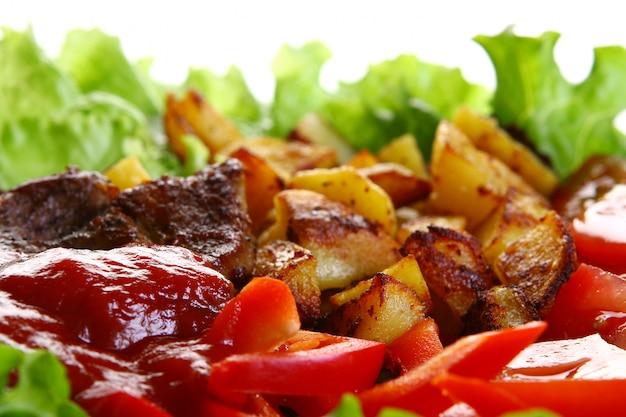 Piatto di carne con patate e salsa