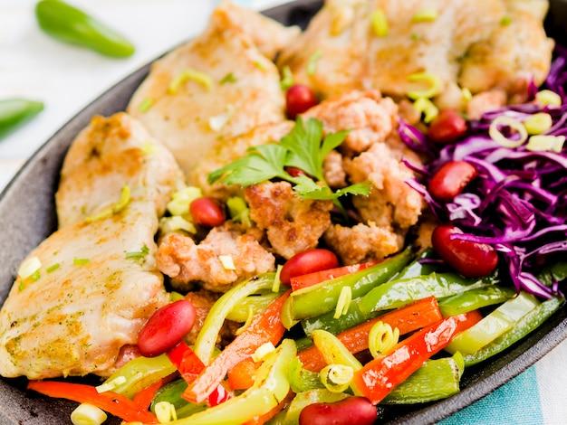 Piatto di carne messicano sul piatto