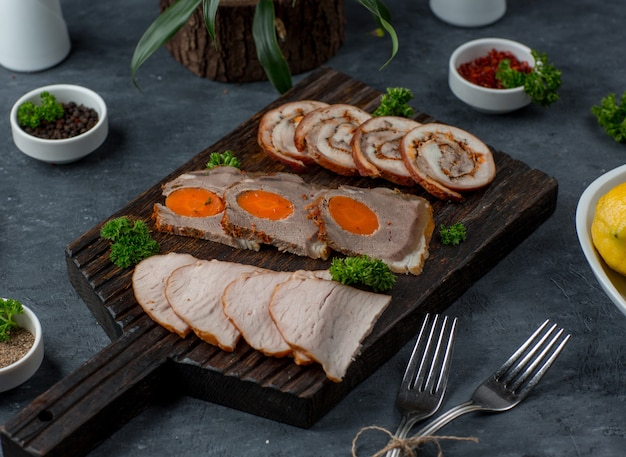 Piatto di carne sul tavolo