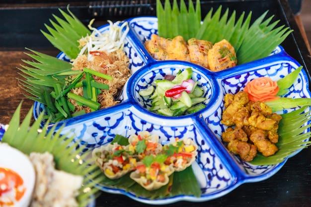 Piatto di cibo cucina selettiva messa a fuoco in thailandia