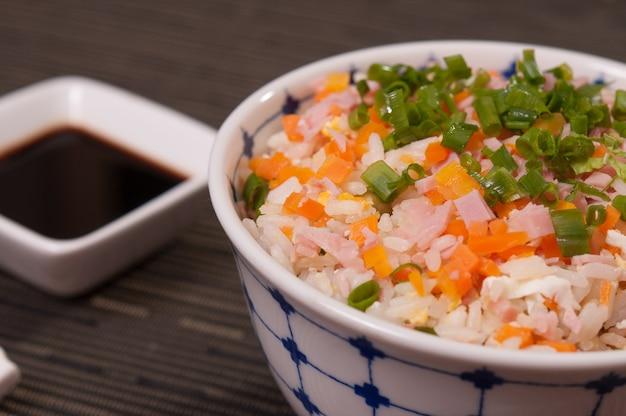 Piatto di cibo di pollo giapponese yakisoba