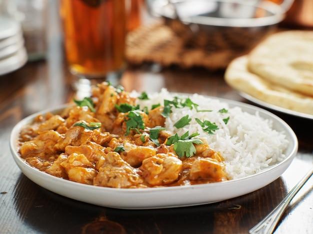 Piatto di curry indiano con riso basmati e pollo