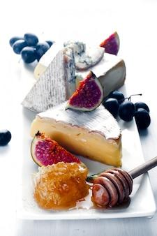 Piatto di formaggi assortimento di vari tipi e miele