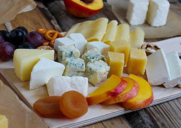 Piatto di formaggi rustici con diversi formaggi e uva