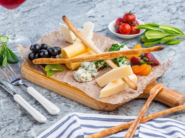 Piatto di formaggi sul tavolo