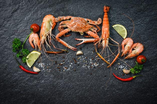 Piatto di frutti di mare crostacei con gamberetti gamberi granchio oceano gourmet cena a base di pesce cucinato con erbe e spezie