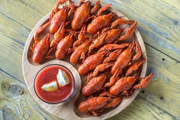 Piatto di gamberi bolliti con salsa