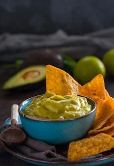 Piatto di guacamole fatto in casa con nachos.