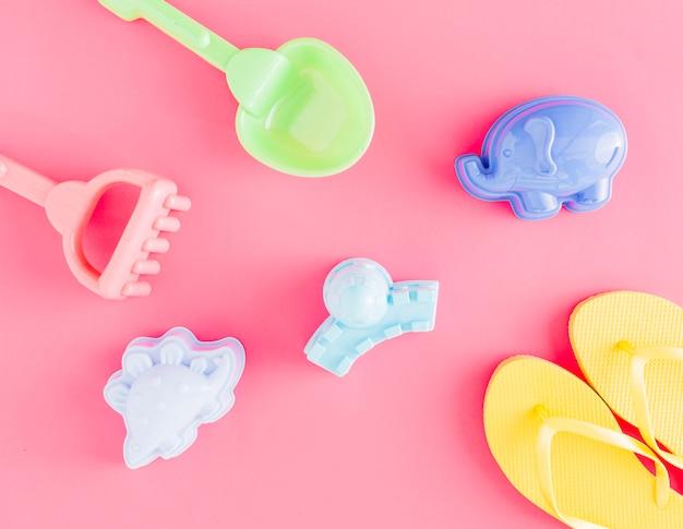 Piatto di infradito e giocattoli