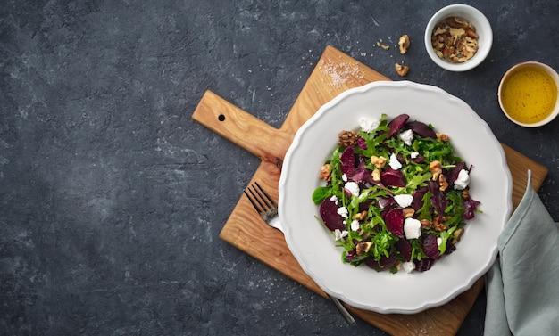 Piatto di insalata su un tagliere