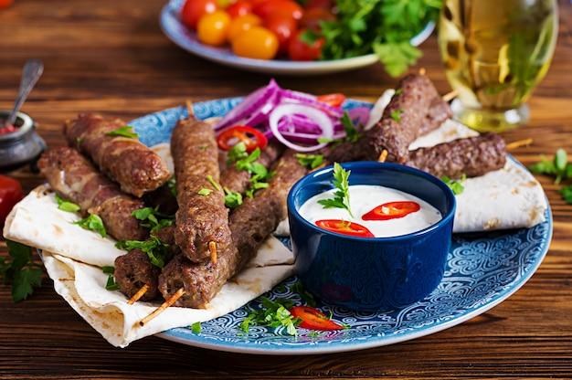 Piatto di kebab tradizionale turco e arabo ramadan mix.