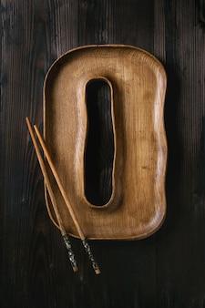 Piatto di legno con le bacchette