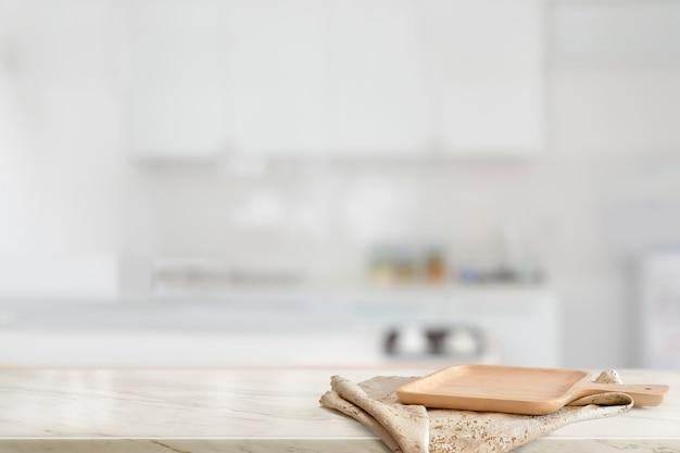 Piatto di legno marrone sulla contro parte superiore di tavolo di marmo nella stanza della cucina