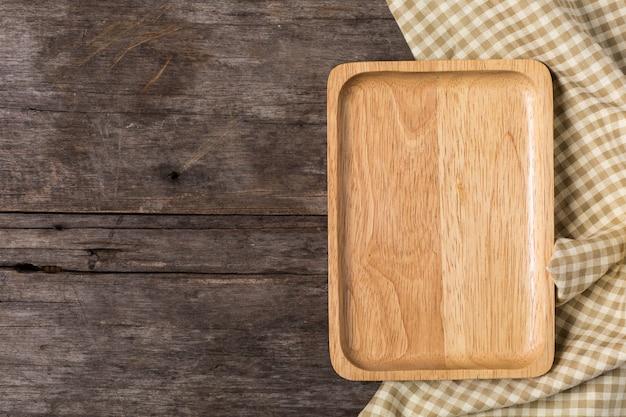 Piatto di legno su fondo di legno