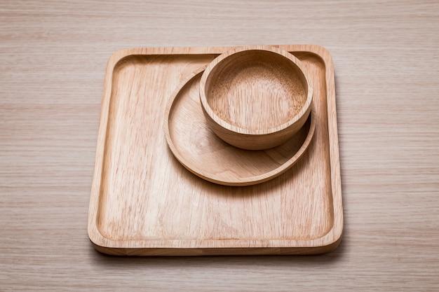 Piatto di legno sui precedenti di legno.